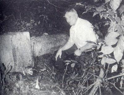 在一位中东铁路俄籍员工墓前