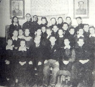 科利亚与苏联侨民中学同学合影