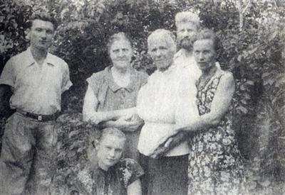 年轻时的科利亚(左一)与家人合影