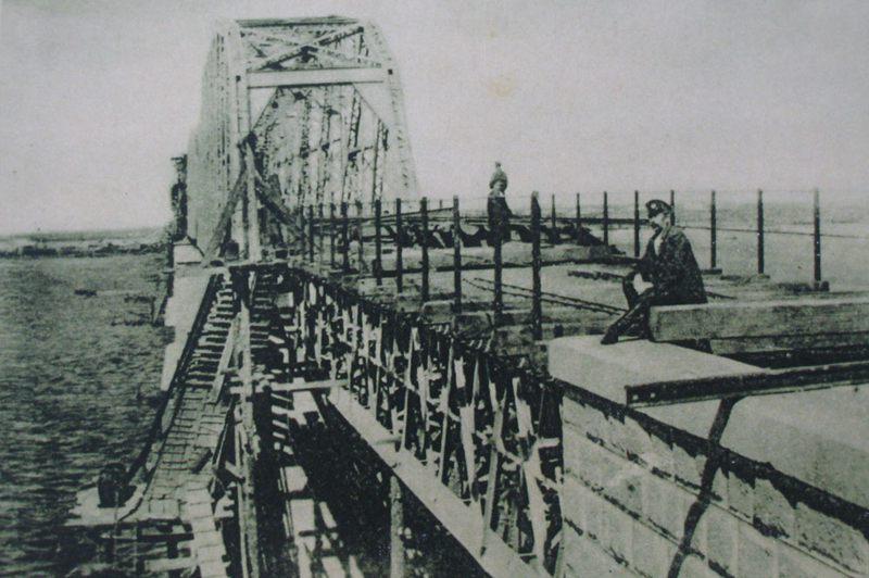 2、当年大桥施工时的场面