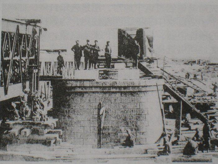 图12、俄国工程师现场指导架梁施工