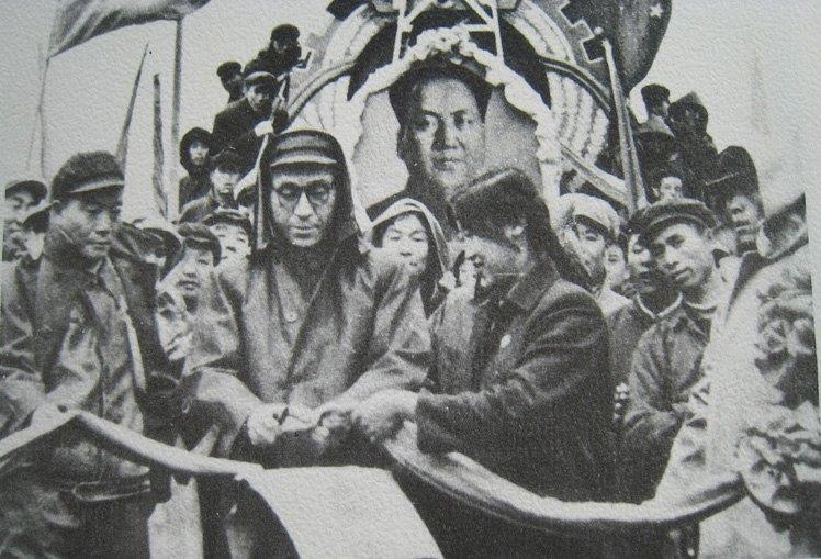 石油部副部长康世恩为首列原油列车剪彩