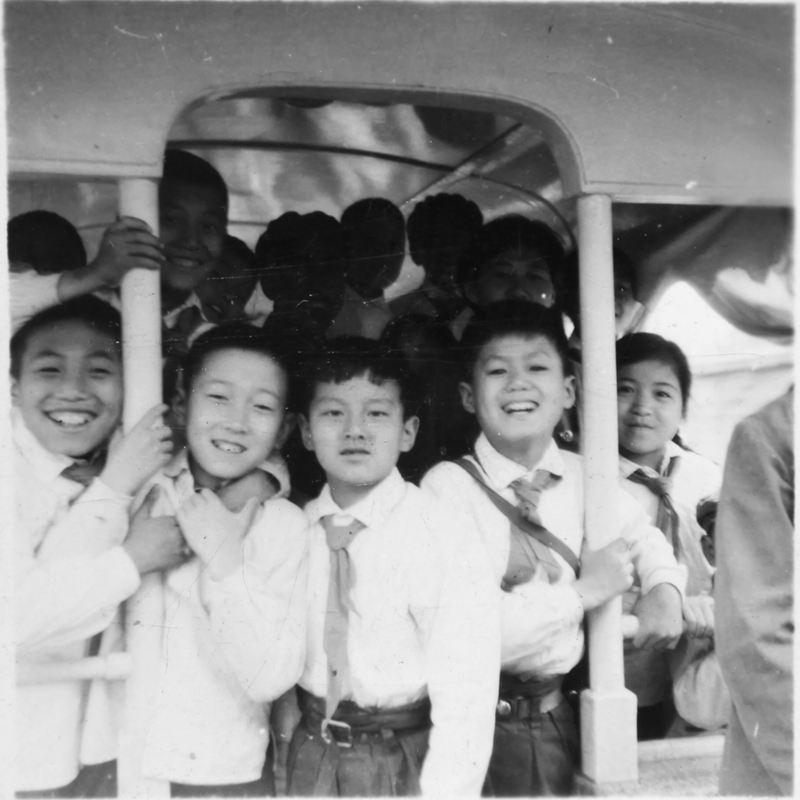 儿童铁路小火车留影,中间者是本文作者(许岩老师拍摄)