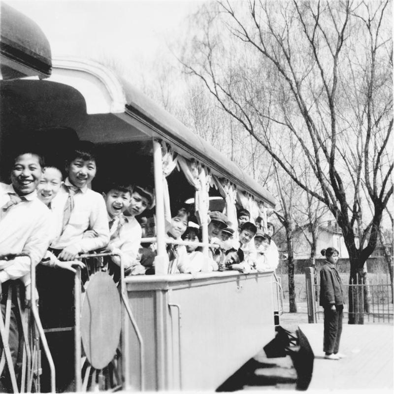 当年乘儿童铁路小火车留影(许岩老师拍摄)