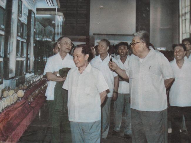 前排左一是胡耀邦同志,后排中间者为笔者