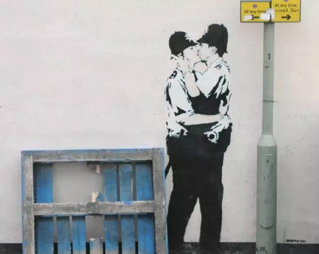 """班克斯代表作品""""接吻的警察"""""""