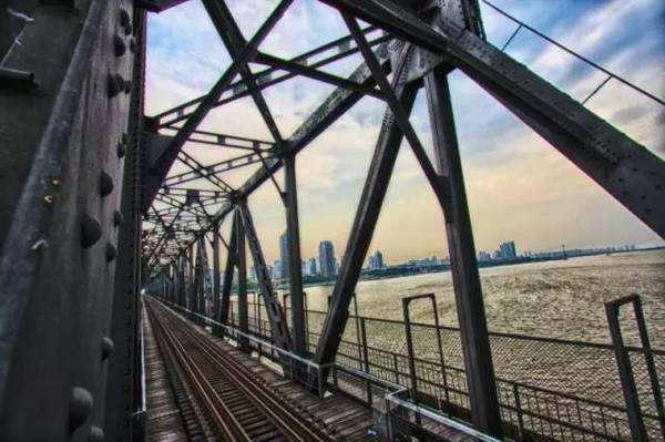 昔日大桥上的铁路线(资料片)
