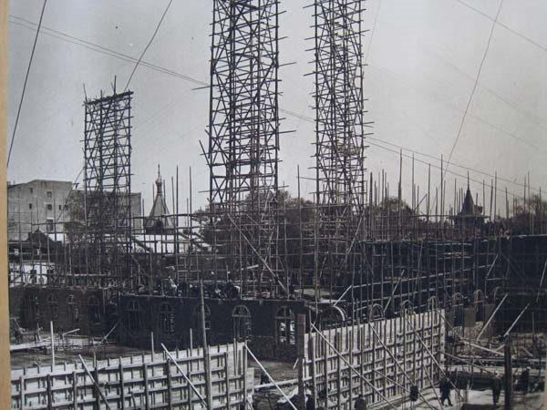 北方大厦建设工地,远处喇嘛台帐篷顶在望(朱俊峰拍摄)