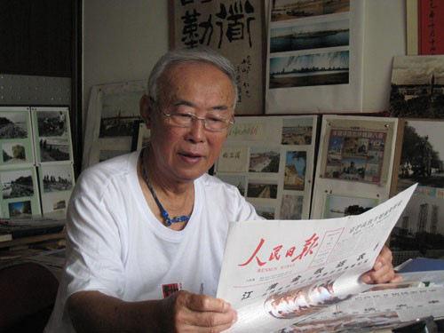 我2009年在家办展留影(王宝滨拍摄)
