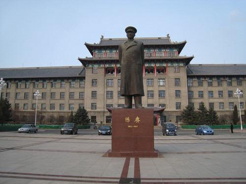 哈尔滨工程大学图陈赓雕像(王宝滨拍摄)
