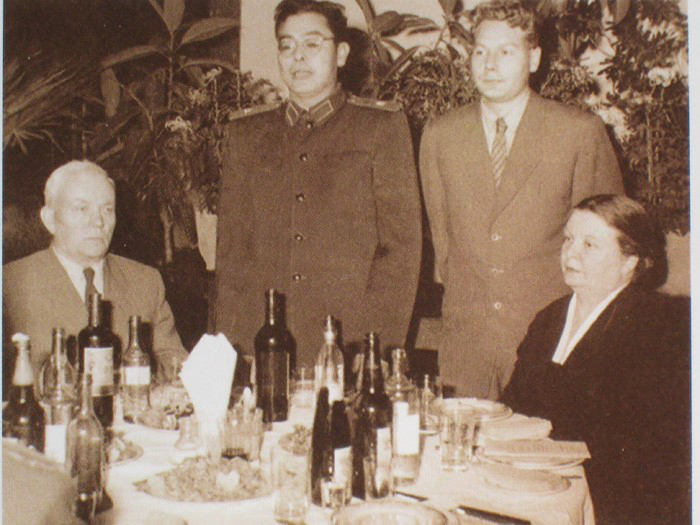 哈军工副院长刘居英(左2)设宴为奥列霍夫(左1)祝贺生日(资料片)