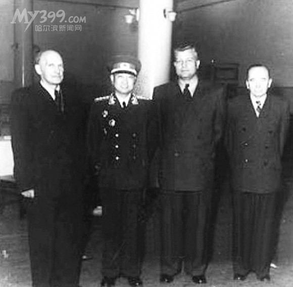 陈赓(左2)与奥列霍夫左1)等苏联专家在友谊宫合影