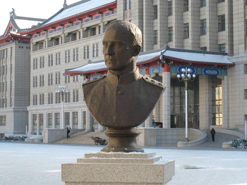 哈尔滨工程大学奥列霍夫铜像(王宝滨拍摄)