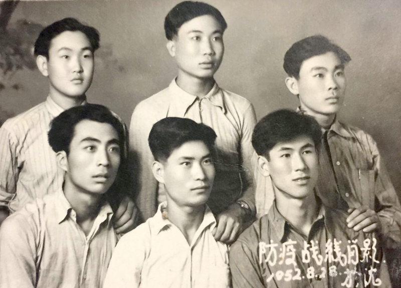 """1952年8月28日,万川沸(前排中)与战友们在沈阳拍摄的""""防疫战线肖影"""""""