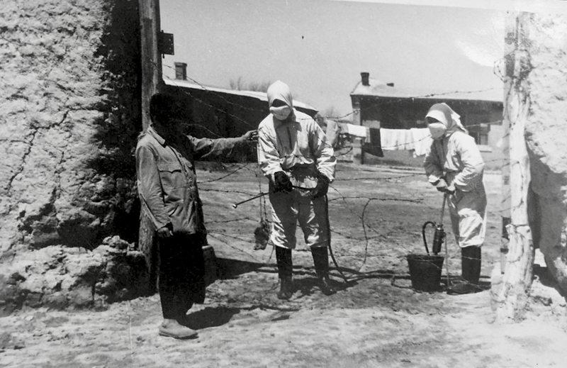 出入消毒。图为东北机动防疫队正在对隔离区做消毒处理。1949年拍摄于热河省