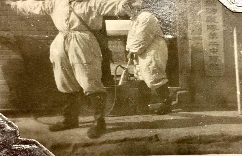 身着防疫服的东北机动防疫大队第二中队的队员。1949年拍摄于热河省敖汉旗
