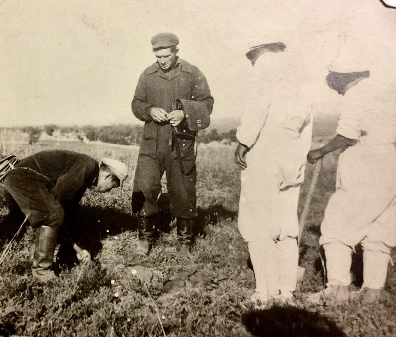 在苏联专家的指导下,防疫队员查看鼠洞。摄于1948年的通辽
