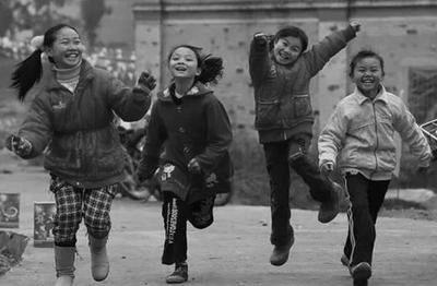 在节日里欢跳的孩子们