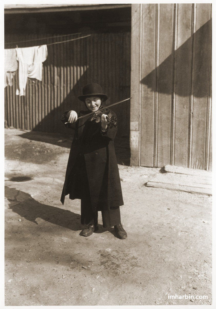 14岁,在自家小院练琴