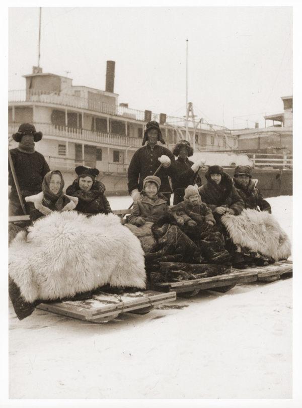 与哈尔滨的犹太同胞坐雪橇,中间的是斯特恩