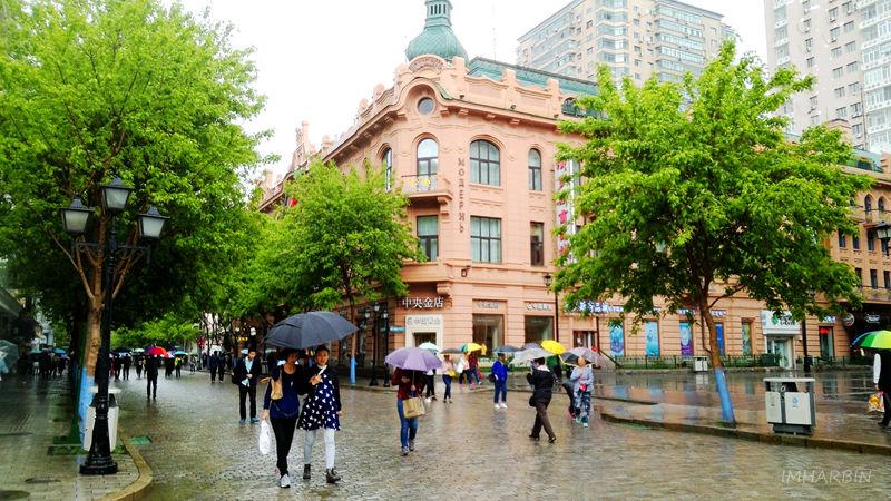 2019年雨中的中央大街街景