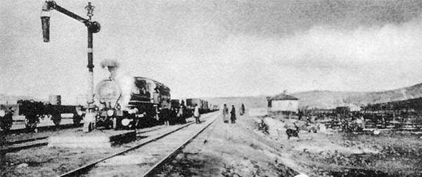 昔日中东铁沿线机车上水场面