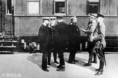 1909年,金茨(左起第二人)与外阿穆尔军区司令契恰科夫(右一)、霍尔瓦特将军(右二)、俄国驻哈总领事Поппе(右三)、希尔科夫副局长(左三)、机务处长拉琴诺夫(左一)在哈尔滨站站台。