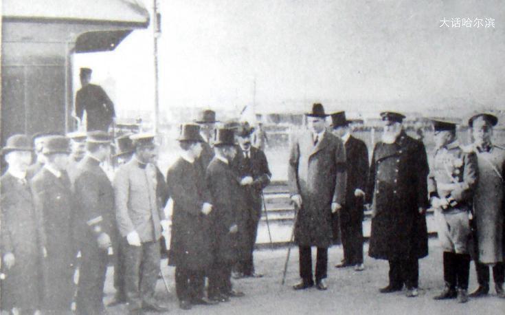 1912年金茨(右起三)在长春站与南满铁道株式会社副总裁会晤