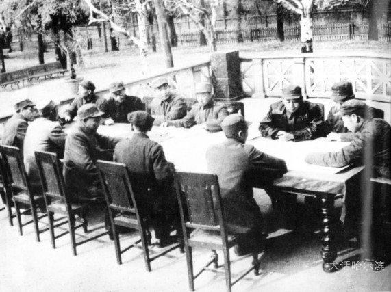"""中共中央东北局曾多次在哈尔滨铁路文化宫召开高级军事会议, 时任东北民主联军总司令林彪曾在这里作出""""三下江南,四保临江""""战役部署。"""